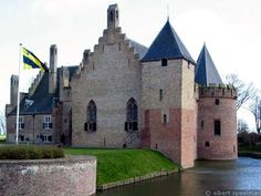 Kasteel Radboud  Gebouwd in Nederland. In Noord-Holland. De stichter van het kasteel is Graaf Floris V Van Holland. Het bouwconcept is Rechthoekig en Veelhoekig. het type kasteel is een waterburcht. De conditie is een ruïne.