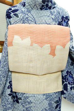 白と珊瑚色で織り分けられた花影のような文様がノスタルジックな絽の夏の開き名古屋帯です。 #kimono
