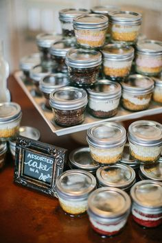 Favor Ideas: Cheerful Misssouri Wedding by Megan Thiele —Cute assorted cakes as wedding favors, on Southern Weddings via Loverly Weddings Cake In A Jar, Dessert In A Jar, Dessert Table, Cupcakes In A Jar, Glace Fruit, Mason Jar Desserts, Mason Jar Cakes, Mason Jar Favors, Mini Desserts