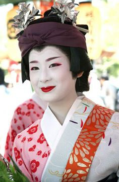 Miharu, the lowest ranking maiko in Higashi. Whatever she may lack in experience or skill, she more than makes up for with charm and beauty.  Text and image via mboogiedown-japan blog, 2008.