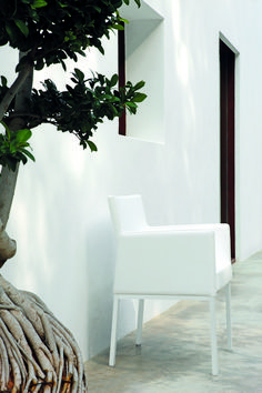 Manutti // Liner outdoor lounge chair. Whether placed on a terrace or in a lounge or spa, these highly functional chairs and loungers stand out because of their timeless design - Liner Collection #outdoorfurniture #outdoorluxury White Lotus, Timeless Design, Outdoor Furniture, Outdoor Lounge, Lounge Chairs, Luxury, Terrace, Spa, Home Decor
