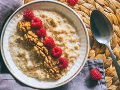 Consiéntete todas las mañanas con estas deliciosas formas de preparar avena. Oatmeal, Healthy Recipes, Healthy Food, Good Food, Health Fitness, Breakfast, Bowl, Instagram, Oat Muffins