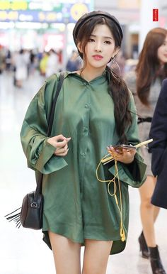 (G)I-DLE ~Soyeon~ Kpop Girl Groups, Korean Girl Groups, Kpop Girls, Kpop Fashion, Korean Fashion, Fashion Outfits, Airport Fashion, Daily Fashion, Girl With Hat