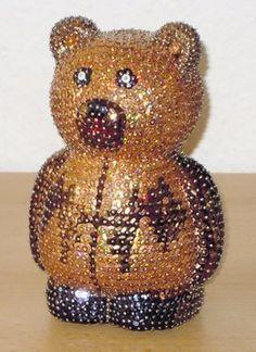 Hier habe ich eine Styroporfigur Teddy-Bär mit Hologramm-irisierenden-Pailletten in Kupfer, Metallic-Pailletten in Dunkelbraun und Schwarz gestaltet.