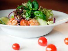 Frisk salat med marinerte scampi