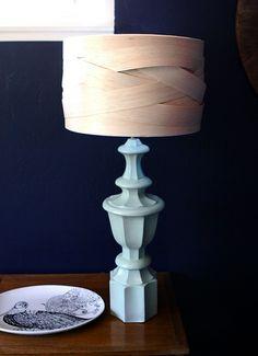 lampenschirm selber machen balsaholz flechten hellblauer fuß