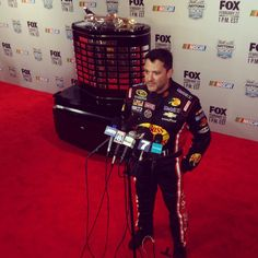 @StewartHaasRcng  ·  02/12/2015   .@TonyStewart gets photobombed by Harley J. Earl on the red carpet during #NASCAR Media Day.