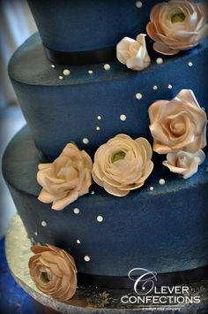 Navy blue wedding cake (airbrushed buttercraem) with sguar flowers, sugar pearl and silver dragee accents