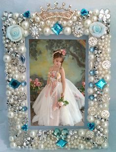 Vintage Jewellery Crafts, Costume Jewelry Crafts, Frame Crafts, Diy Frame, Button Art, Button Crafts, Bead Crafts, Diy And Crafts, Jewelry Frames