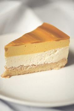 ванильно-анисовый чизкейк, слой мусса из манго, тонкий слой мангового желе и кусочки свежего манго. http://kate-grigoryeva.livejournal.com/435666.html