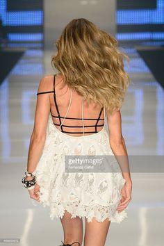 Complementando o look, a lingerie à mostra vem conquistando as fashionistas