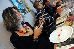 Martina Quaglia, titolare del ristorante Il Kitchen, fotografa il dessert durante la serata per la cena futurista del 26 novembre 2012