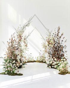 Wedding Stage Decorations, Backdrop Decorations, Wedding Backdrop Design, Wedding Backdrops, Decor Wedding, Garden Wedding, Indoor Ceremony, Ceremony Backdrop, Floral Wedding