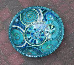 Mosaïque plat composé de morceaux de vitrail coupé main, verre, tuiles et carreaux de céramique vernissés sur plat en bambou. Coulis turquoise. Dimensions : diamètre: ~ 36cm/14 ~ hauteur : 10 cm / 4 ~