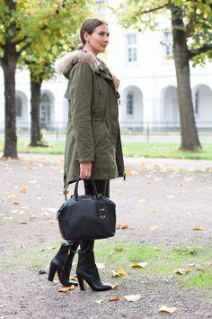 Die Fashionbloggerin Kristina präsentiert ein herbstliches Outfit mit einem olivefarbenen Parka mit Fellkragen, einer schwarzen Lederhose von S.Oliver Premium sowie Stiefeletten von Hugo Boss. #parkaoutfit