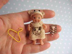 ANZIEHBAR. Miniatur Kleid + Mütze/Häubchen, NUCKEL für 4,5 - 6 cm OOAK miniatur Baby Puppe. Handgemachte Puppenkleidung für Puppenstube 1:12