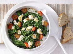 Vegetarischer Gemüsegenuss aus dem Ofen – pfiffig, aber einfach zuzubereiten: Überbackener Mangold - mit Tomaten und Ziegenkäse - smarter - Kalorien: 220 Kcal - Zeit: 30 Min.   eatsmarter.de