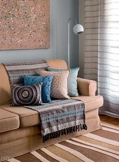 Mas como usar a manta no sofá? O primeiro passo é encontrar a cor perfeita, que dê destaque para o estofado mas que também entre em harmonia com o restante da decoração. Sofás neutros como o cinza, o bege, o marrom, azul marinho, entre outros combinam com mantas de qualquer cor. Para deixar o visual mais interessante, brinque com o contraste do claro com o escuro. Manta e almofadas no sofá!