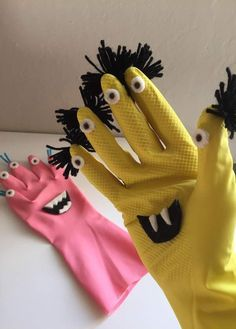 DIY Halloween Monster by Recycling Kids Halloween Rubber Gloves . - - DIY Halloween Monster by Recycling Kids Halloween Rubber Gloves . Diy Niños Manualidades, Manualidades Halloween, Diy Halloween, Halloween Decorations, Halloween Kitchen, Sock Puppets, Hand Puppets, Monster Party, Monster Crafts