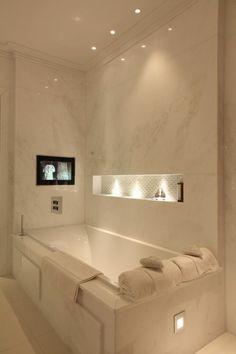 54 Premium Modern White Bathroom with White Cabinets Ideas - HomeCNB Bathroom Lighting Design, Spa Lighting, Dining Room Lighting, Bathroom Interior Design, Lighting Ideas, Modern White Bathroom, Bathroom Fixtures, Bathroom Lamps, Bath Remodel