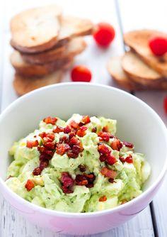 En himmelsk lækker og anderledes æggesalat som smage fantastisk oven på et stykke brød eller i et flutes. Den er rigtig hurtig at lave ...
