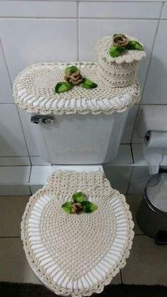 What fabulous Christmas holiday overkill! A crochet bathroom toilet and rug set. I actually tried to imagine out a similar pattern last year. for a poncho I kept trying to make. This year. I won't have to imagine it anymore :D Crochet Mat, Crochet Gifts, Crochet Doilies, Free Crochet, Doily Rug, Crochet Home Decor, Decoration Table, Bathroom Sets, Crochet Projects