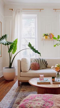 #etsyhome #livingroom #realhomes #homedecor #livingroominspo #etsyblog #brightandcheerful #eclectic #chic #affiliate