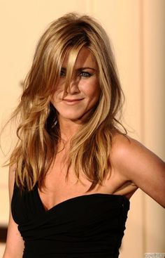 Jennifer Aniston unleashing her sexy appeal in a hot closeup wearing a little black dress ~ great hair Jennifer Aniston Haar, Jeniffer Aniston, Jennifer Aniston Pictures, My Hairstyle, Hairstyles With Bangs, Layered Hairstyles, Corte Y Color, Hair Today, Hair Inspiration