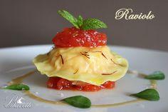 Raviolo relleno de gambas con chutney de tomate y salsa americana   Bavette