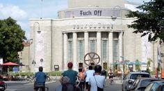 """Die Critical Mass """"Sonntagstour"""" in Berlin. Es geht durch die Linienstrasse auf die Volksbühne zu.  Kritische Masse – Critical Mass – Fahrrad Flashmob Deutschland #criticalmass #kritischemasse #flashmob"""