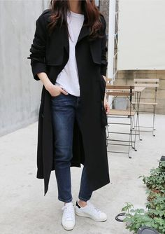 Classic dressing: black trenchcoat, white tshirt, navy jeans and white sneakers | The UNDONE. Minimalist street style