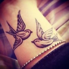 Splendidi tatuaggi con le rondini: foto e significato