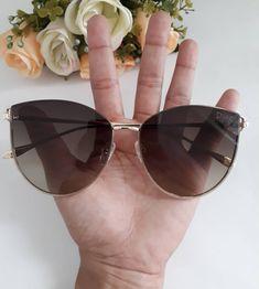 a02227875a9 A imagem pode conter  uma ou mais pessoas e óculos de sol Oculos De Sol