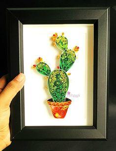 Este arte de la planta de Cactus hecho a mano es hecha con tiras de papel de colores y pegamento.  Se encuentra en 13x18cm (5 x 7 aproximadamente) marco color negro de madera. Obras de arte viene junto con mat y claro panel para protegerlo del polvo.  Cactus ordenado será firmado en la parte posterior y viene enmarcado, listo para colgar en la pared o puede colocarse sobre una mesa, marco es lindo y pequeño, así que es fácil de dar como regalo a un amante de los cactus.  Si usted tiene…