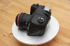 I wanted to share with you how to make a camera cake ! I made this cake for my friend Si's birthday. His lovely girlfriend Wendy d. Teacher Birthday Cake, Camera Cakes, Easy Cake Decorating, Vintage Cameras, Pound Cake, Creative Food, Lights, Antiques, Cupcakes