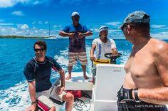 Equipe de prise de vue sous-marine fin prête à tourner. Direction, les lignes de collecteurs de nacre.