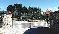 Ferienhaus: Casale Valentino - Das Eingangstor zum Grundstück. www.cilento-ferien.de