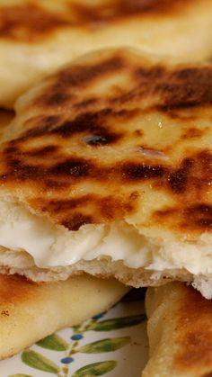 Si tu as encore oublier de commander des cheesenaans, mets-toi aux fourneaux ! Tasty Videos, Food Videos, Food Platters, Aioli, Healthy Breakfast Recipes, Indian Food Recipes, Love Food, Food To Make, Food Porn