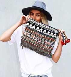 The boho look owes much to the hippie style that was developed in the middle to late Fashion pundits the world over. Ibiza Fashion, Look Fashion, Fashion Bags, Fashion Accessories, Hippie Chic, Hippie Style, Bohemian Style, Sac Vanessa Bruno, Look Boho Chic