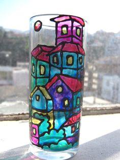 Paso 1: Toma el vaso de vidrio y límpialo. Asegúrate de que no quede ninguna impureza y sécalo adecuadamente. Paso 2: Dibuja los patrones de las figuras o las formas que quieras obtener en la cartulina. Recórtalos. Paso 3: Usa los patrones para pintar sobre la superficie del vaso y así asegurarte de que no te saldrás de los bordes. Paso 4:Deja secar el cristal y aplica la laca. Ahora ya tendrás un vaso con mucha personalidad.