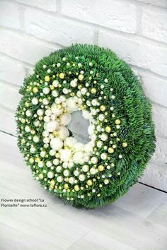 VERY UNUSUAL SNOWY WREATH.  LOVELY. Christmas Urns, Green Christmas, Christmas Deco, Christmas Home, Christmas Wreaths, Xmas Flowers, Funeral Flower Arrangements, Deco Floral, Summer Wreath