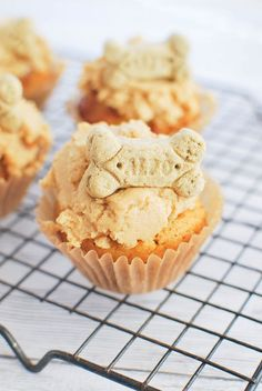 Peanut Butter Pupcakes - your pup deserves a treat! Dog-friendly peanut butter carrot cupcakes with a peanut butter frosting and a bone on top! Dog Biscuit Recipes, Dog Treat Recipes, Dog Food Recipes, Peanut Recipes, Food Tips, Cupcakes For Dogs Recipe, Pupcake Recipe For Dogs, Dog Cupcake Recipes, Puppy Cupcakes
