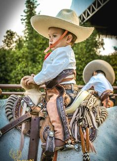 cute little charro Cowboy Baby, Little Cowboy, Cowboy And Cowgirl, Mexican Outfit, Mexican Dresses, Mexican Art, Mexican Style, Mexican Rodeo, Cowboy Outfits