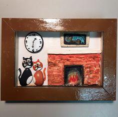 cornice e scatola in legno, così come il caminetto ed il quadro. I mici e l'orologio sono pietre dipinte