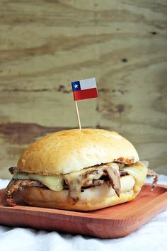 Recipe of the Barros Luco sadwich, a version of this traditional Chilean sandwich, very simple to make. Best Cheese, Meat And Cheese, Chilean Recipes, Chilean Food, Chili, Sandwich Bread Recipes, Types Of Bread, World Recipes, International Recipes