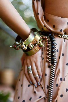 Catalina Zuluaga: cómo romper los moldes y verse diferente para un matrimonio _ La magia del estilismo está en mezclar y combinar. Feminidad con rock n roll, barroquismo y simplicidad, fluidez y utilitarismo. El contraste es el templo de la moda de hoy.