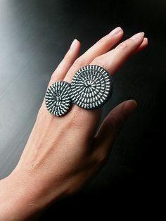 The Sea Shell Zipper Ring by ReborneJewelry on Etsy Zipper Jewelry, Rope Jewelry, Jewelry Crafts, Jewelry Art, Bijoux Design, Jewelry Design, Handmade Rings, Handmade Jewelry, Zipper Crafts