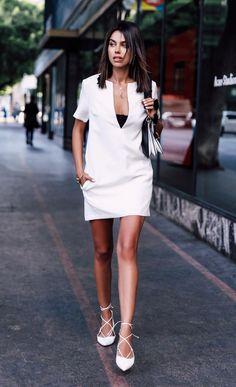 Street style look com vestido branco e sapatilha.