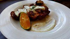 Gepaneerde kip met alfredo saus. Een heerlijk hoofdgerecht.