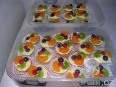 Recept na výborný ovocný zákusek, který chutná dospělým i dětem. Mini Cakes, Sushi, Waffles, Muffins, Food And Drink, Cooking Recipes, Pudding, Cupcakes, Sweets